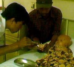 Fauza Syahfitri ketika diinfus